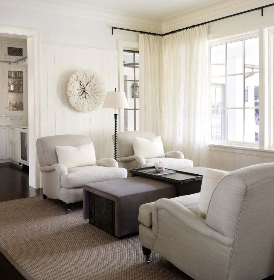 Белая тюль на черном карнизе в гостиной