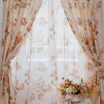 Оформление окна тюлем с цветами