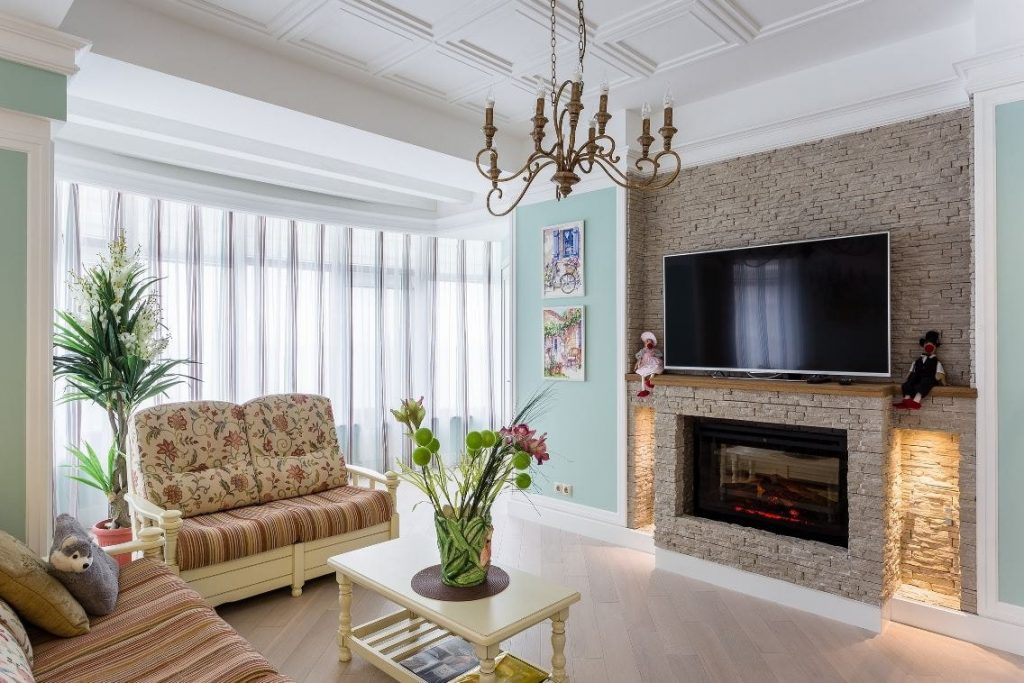 Телевизор над имитацией камина в гостиной