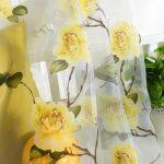 Желтые цветы на полупрозрачной занавеске