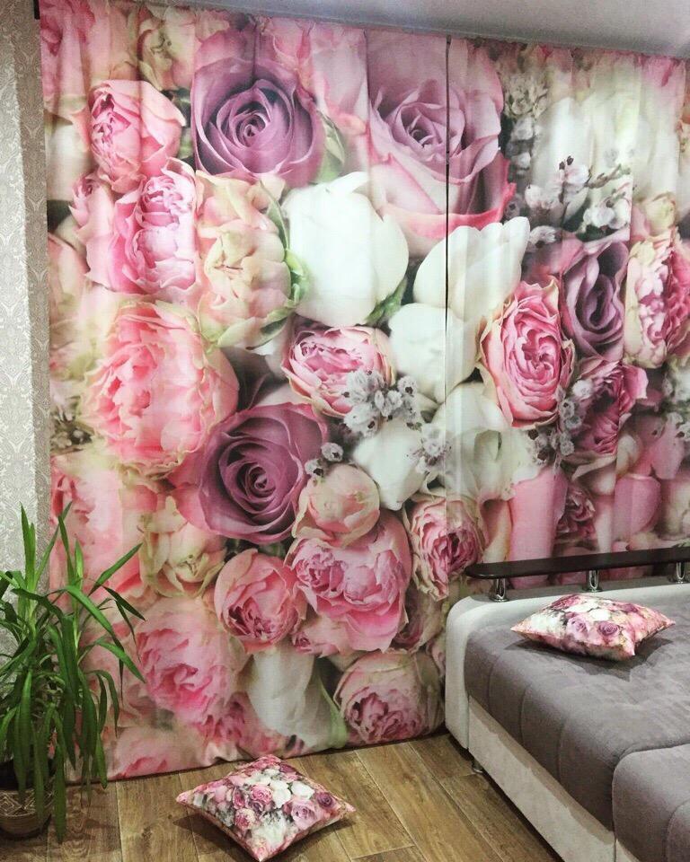 Занавеска с розами в спальне девушки