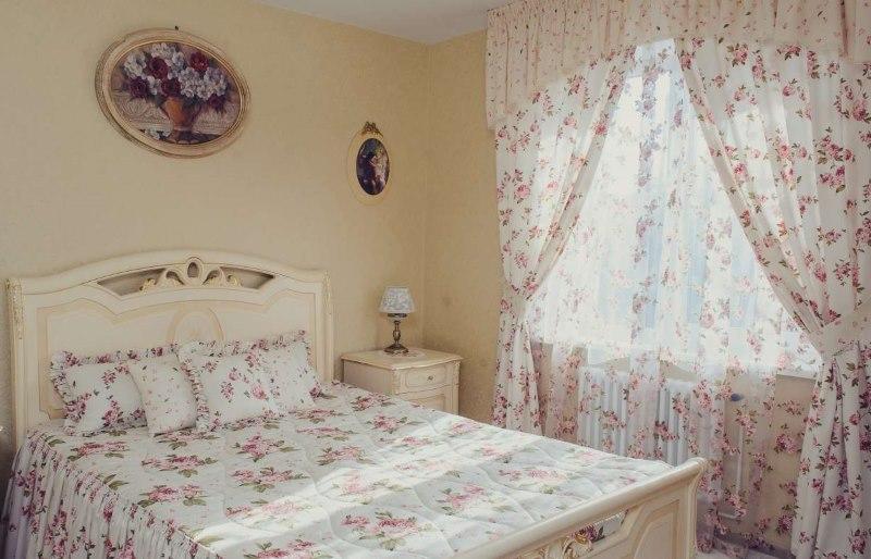 Цветочный текстиль в спальной комнате