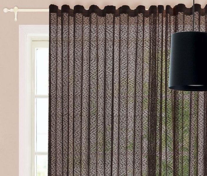 Черная тюль сетка на окне гостиной