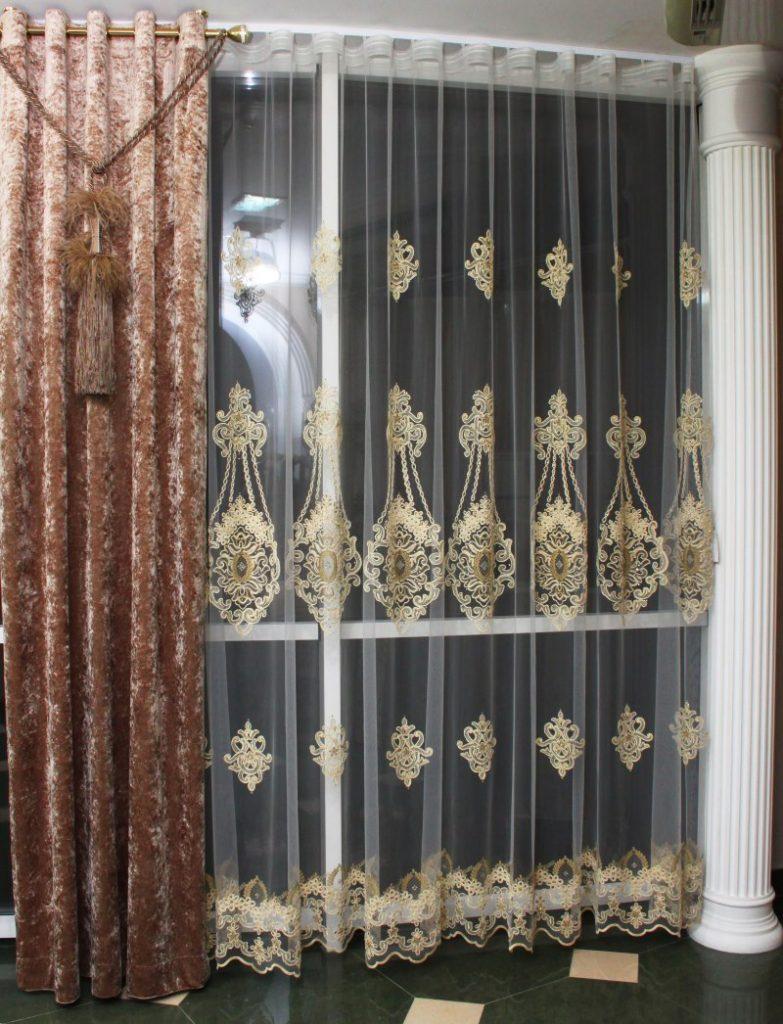 Белая колонна рядом с тюлем со стразами