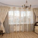 Фото окна в зале с полупрозрачным тюлем
