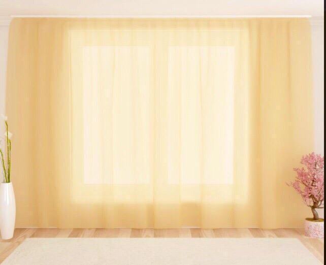 Однотонный тюль сливочного оттенка на окне гостиной