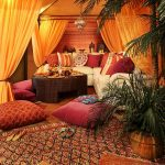Уютная теплая комната в восточном стиле с подушкам для сидения на полу
