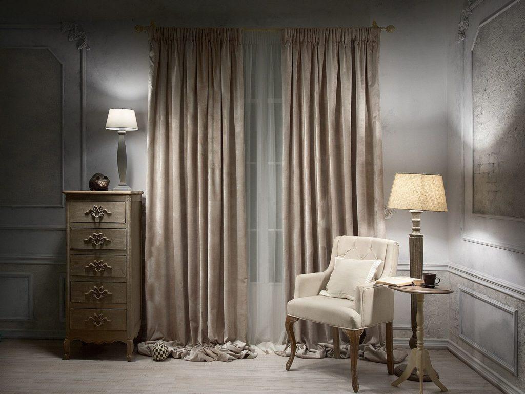 Узкий комод в спальне с велюровыми шторами