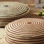Вязанные круглые напольные подушки