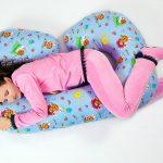 Яркая подуша для беременных с виде бувы С