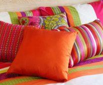 Яркие декоративные подушки в интерьере спальни