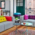 Яркие прямоугольные подушки для серой гостиной