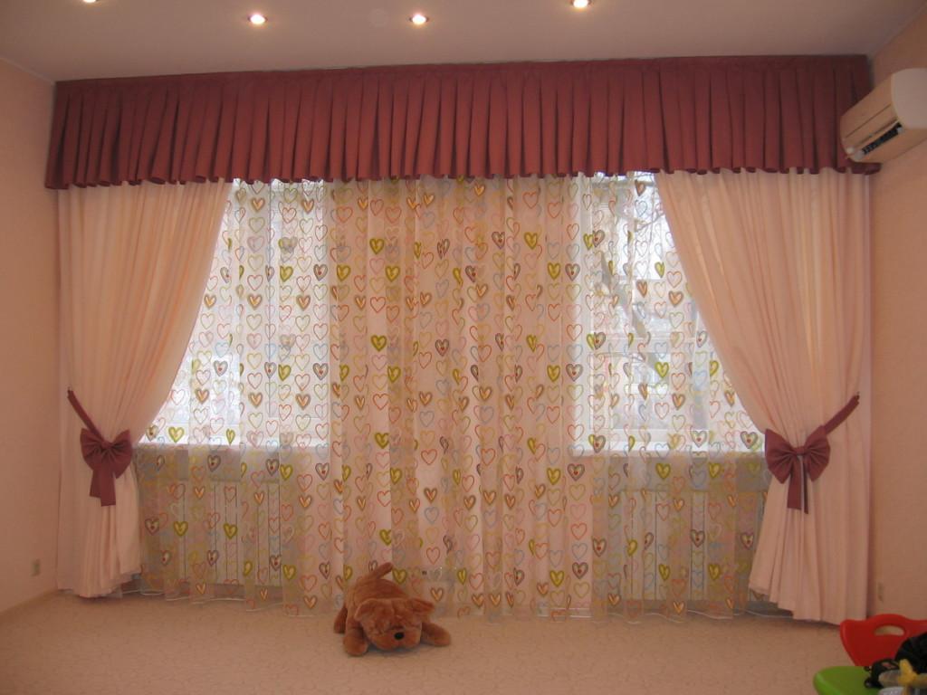 Оформление одной занавеской двух окон в гостиной