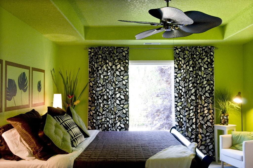 Пестрые шторы в спальне с зеленым потолком