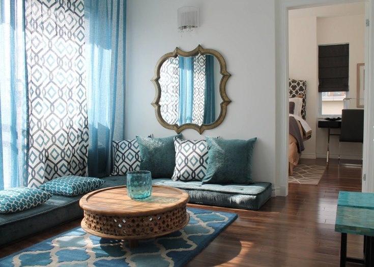 Декор стены в зале зеркалом в оригинальной оправе