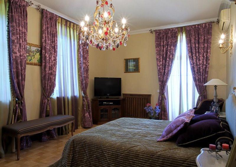 Пестрые жаккардовые шторы в спальной комнате