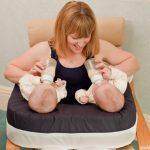 Жесткий вариант подушки для кормления двойни