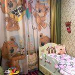 Небольшая детская комната с фотошторой на окне