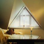 Вертикальные жалюзи на удлиненных крепежах в треугольном окне