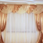 Атласные шторы с ламбрекеном в сочетании с белым тюлем
