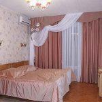 Бело-розовый ламбрекен в комплекте с розовым покрывалом на кровать