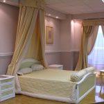 Бело-желтый ламбрекен для окна и для балдахина над кроватью