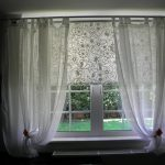 Белые рулонные шторы и занавески на липучках