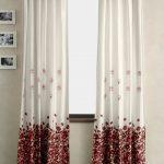 Белые шторы с красными цветами на липучках-подвесках