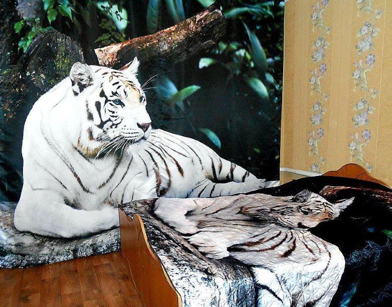 Белый тигр на 3D шторе в интерьере реальной спальни