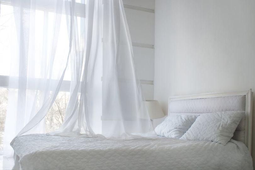 Тюлевая занавеска на окне спальни после отбеливания