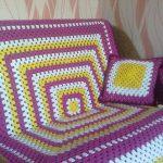 Большой квадратный плед на диван с декоративными подушками своими руками