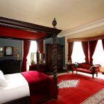 Бордовые балдахин для кровати и шторы с ламбрекеном в спальню
