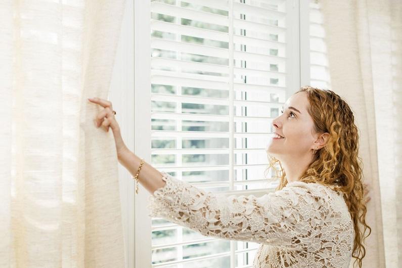 Чистые занавески на окне после стирки