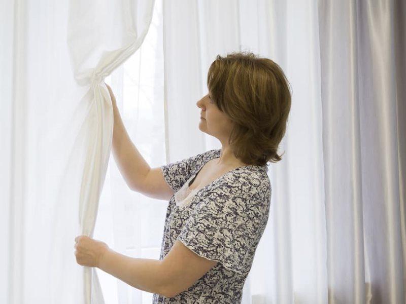 Чистый тюль на окне после стирки своими руками