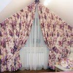 Цветочные для треугольного окна и подушка в тон