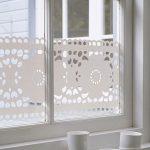 Белые узоры на оконном стекле