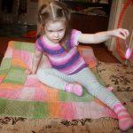 Детский плед вяжется по спирали из разноцветной пряжи