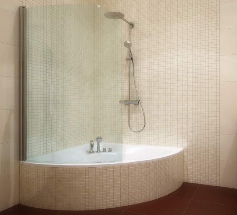 Стеклянная перегородка на угловой ванне
