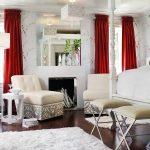 Красные занавески в белой комнате