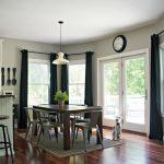 Черные шторы в обеденной зоне частного дома