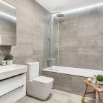 Крупноформатная плитка на стене в ванной