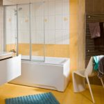 Керамческая плитка желтого цвета на полу в ванной