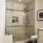Интерьер ванной комнаты с душевой кабиной