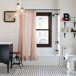Квадратные часы на стене ванной в частном доме