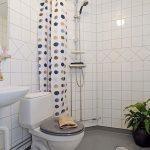 Серый пол в ванной с белыми стенами