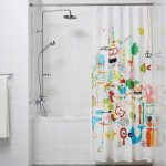 Яркий принт на занавеске в ванной