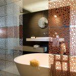 Дизайнерская шторка в интерьере ванной