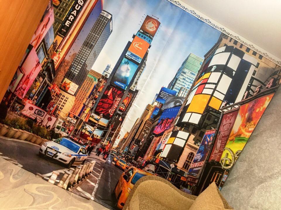 Фотоштора с рисунком мегаполиса на окне в зале