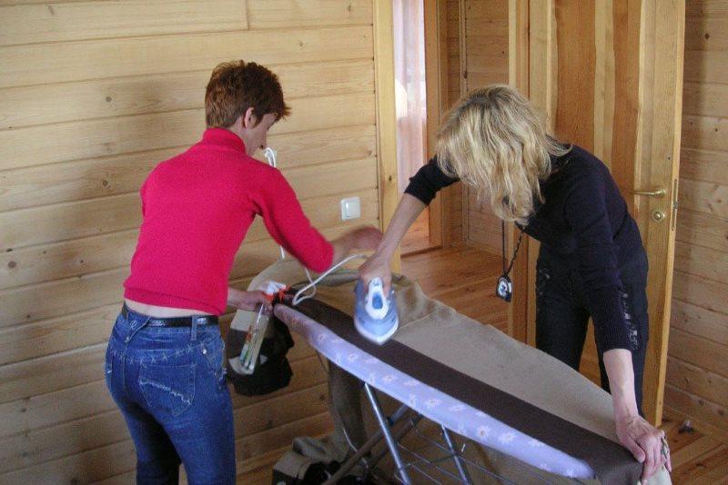 Разлаживание длинной шторы двумя домохозяйками