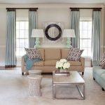Голубые шторы в тон мебели для окон с простенком